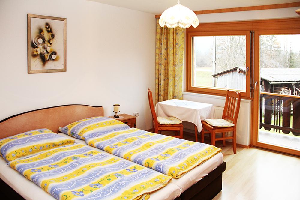 2-Bett-Zimmer mit Balkon und Blick in den Garten